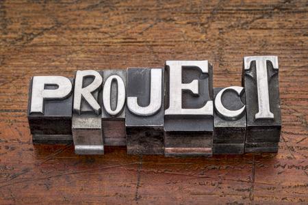 그런 지 나무 위에 혼합 빈티지 금속 형식 인쇄 블록에서 프로젝트 단어