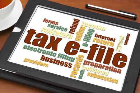 impuestos: impuesto concepto presentación electrónica - una nube de palabras en una tableta digital con una taza de té