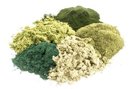 kelp: una pila de cinco polvos verdes saludables en la dieta de suplementos (espirulina, chlorella, hierba de trigo, algas marinas y de la hoja de moringa) Foto de archivo
