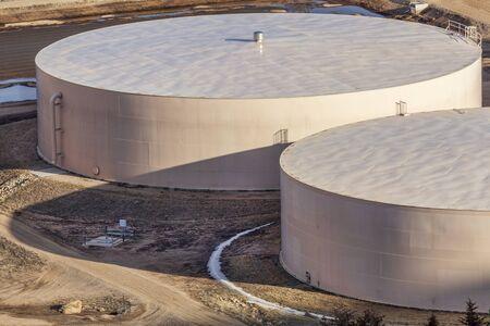 filtration: tanques de agua de metal redondas en planta de filtraci�n - industrial arquitectura abstracta Foto de archivo