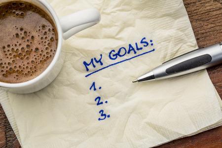 servilletas: mi lista de objetivos en una servilleta con taza de caf� Foto de archivo