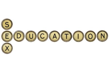 onderwijs: seksuele voorlichting kruiswoordpuzzel in oude ronde schrijfmachine toetsen geïsoleerd op wit Stockfoto