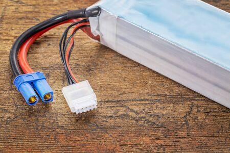 abbreviated: Batteria ricaricabile ai polimeri di litio-ione (abbreviato come LiPo, LIP, Li-Poly) con bilanciamento e spine elettriche principali. Batterie LiPo sono utilizzati in elettronici portatili, droni e modelli radiocomandati. Archivio Fotografico