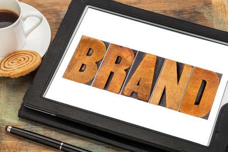 personalidad: palabra marca en madera bloques de impresión tipográfica tipo en una tableta digital con la taza de café,