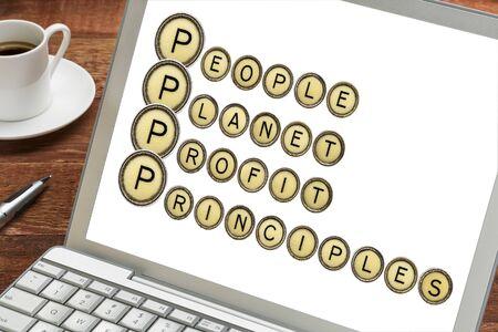 Notion durable de l'entreprise - people, planet, profit, principes mots sur un écran d'ordinateur portable avec tasse de café Banque d'images - 36650450