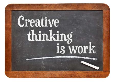 pensamiento creativo: El pensamiento creativo es el trabajo - concepto de creatividad - texto en una pizarra pizarra de la vendimia Foto de archivo