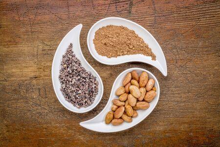 涙の平面図形に対する素朴な木製ボウル生カカオ豆及びニブポイント粉末-