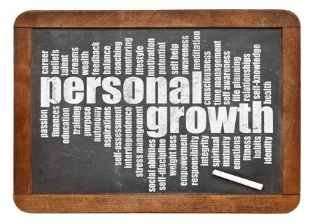 persoonlijke groei: persoonlijke groei woord wolk op een lei schoolbord op wit wordt geïsoleerd