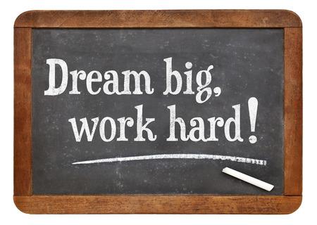 trabajando duro: Sue�a en grande, el trabajo duro! Palabras de motivaci�n en una pizarra pizarra de la vendimia Foto de archivo