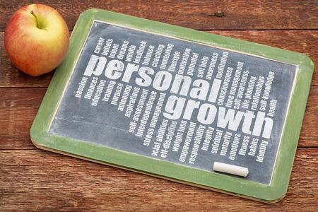 persoonlijke groei: persoonlijke groei woord wolk op een leien bord met appel