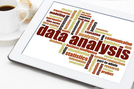 correlation: Nube di parola di analisi dei dati su una tavoletta digitale con una tazza di caff� Archivio Fotografico