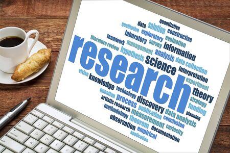 hipótesis: científica nube de palabras la investigación en una pantalla de computadora portátil con la taza de café