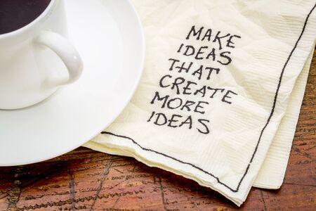 새로운 아이디어를 창출하는 아이디어 조언 - 커피 한잔과 함께 칵테일 냅킨에 필기 조언