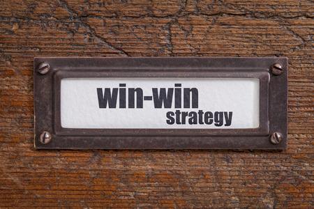 conflict: ganar-ganar estrategia - presentar etiqueta gabinete, titular de bronce contra el grunge y madera rayado