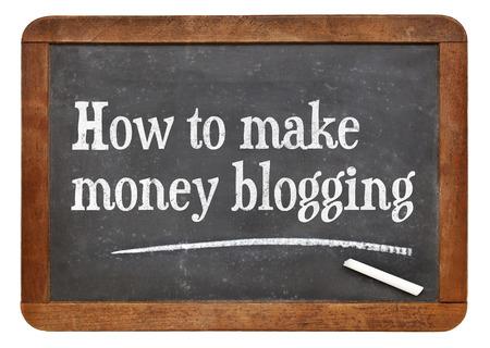 blackboard: Cómo hacer dinero blogging - texto en una pizarra pizarra de la vendimia