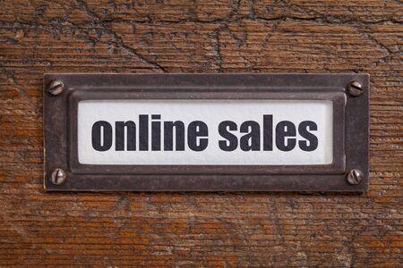 file cabinet: las ventas en l�nea - etiqueta archivador, titular de bronce contra el grunge y madera rayado Foto de archivo