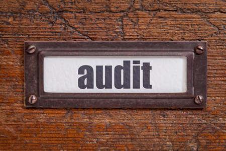 file cabinet: auditor�a - etiqueta archivador, titular de bronce contra el grunge y madera rayado