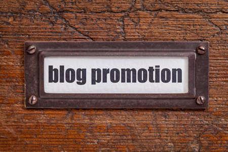 file cabinet: el blog etiqueta promoci�n- archivador, titular de bronce contra el grunge y madera rayado