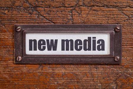file cabinet: nuevos medios - etiqueta archivador, titular de bronce contra el grunge y madera rayado