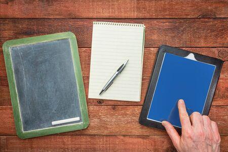 スレート黒板、チョーク、ペンと指 - デジタル タブレットを使用メモ帳作りの世代ノート コンセプト