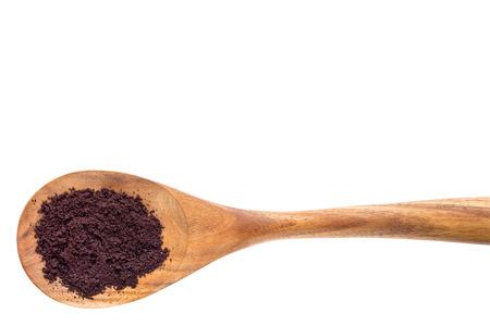 クリッピング パスと白で分離された木のスプーンにアサイベリー粉