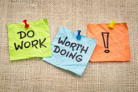 Do work worth doing -motivational reminder on sticky notes Stock Photo