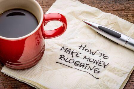 servilleta: C�mo hacer dinero blogging - escritura a mano en una servilleta con una taza de caf� Foto de archivo