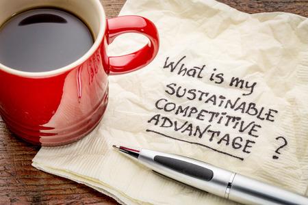 competencia: �Cu�l es mi pregunta ventaja competitiva sostenible - escritura a mano en una servilleta con una taza de caf� Foto de archivo