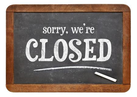 pardon: Désolé, nous sommes fermés - texte sur un tableau en ardoise millésime