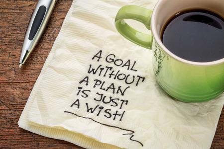 metas: un objetivo sin un plan es s�lo un deseo - escritura a mano de motivaci�n en una servilleta con una taza de caf�