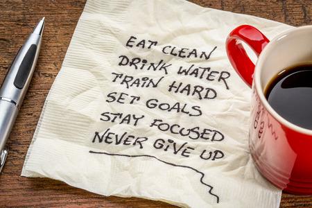 健康的なライフ スタイルのヒント - コーヒーのカップとナプキンの手書きの文字