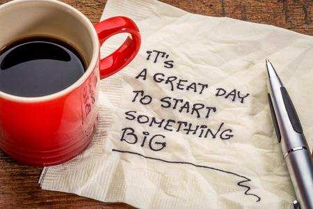 servilletas: Es un gran día para empezar algo grande - escritura a mano de motivación en una servilleta con una taza de café