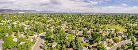 フォートコリンズのダウンタウンとロッキー山脈の距離で、春の終わりの風景のパノラマ空中