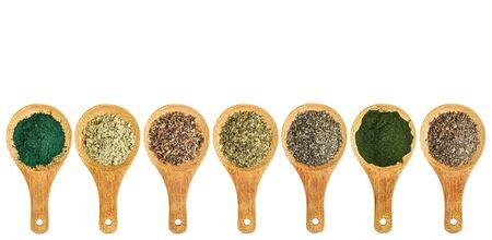 alga marina: algas y nutrición algas suplementos (musgo irlandés, wakame, el fucus, wakame, algas, espirulina, chlorella) - vista desde arriba de cucharas de madera aisladas Foto de archivo