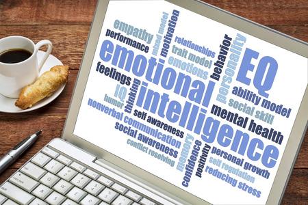 감정적 인 지능 (EQ) 단어 구름 노트북 화면에 한 잔의 커피,