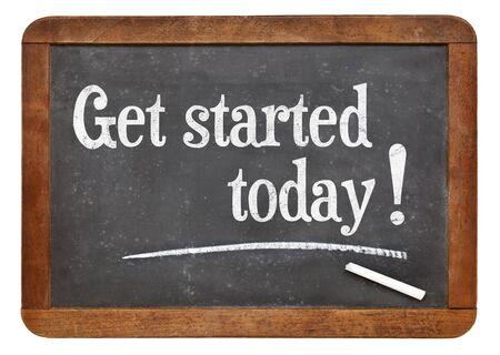 Begin vandaag - tekst op een vintage lei schoolbord - motivatie concept