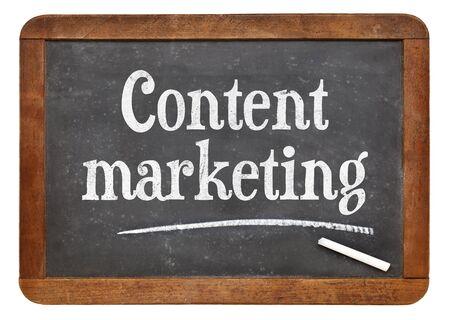 Content marketing teken - tekst op een geïsoleerde vintage lei schoolbord