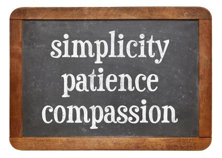 paciencia: La sencillez, la paciencia y la compasión - tres palabras de la enseñanza de Buda en una pizarra pizarra de la vendimia Foto de archivo