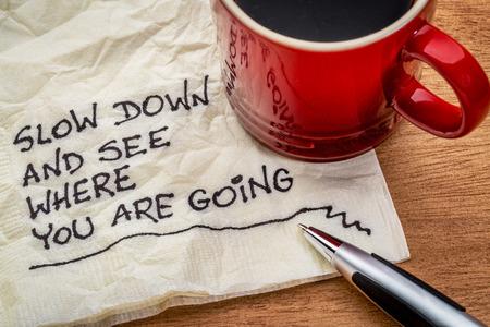 servilleta: disminuir la velocidad y ver a d�nde va - recordatorio de motivaci�n - escritura a mano en una servilleta con una taza de caf�