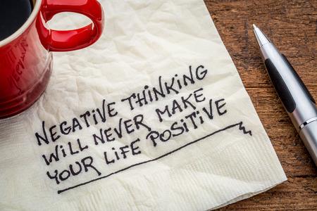 Pensamiento negativo nunca se le hará la vida positiva - escritura a mano inspirada en una servilleta con una taza de café Foto de archivo - 41625608