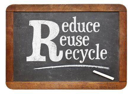 reduce reutiliza recicla: Reducir, reutilizar, reciclar signo pizarra - texto tiza blanca sobre una pizarra pizarra de la vendimia