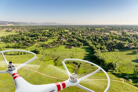 -デジタル合成画像の距離で市内の住宅地の草原風景の上を飛んで quadcopter ドローン