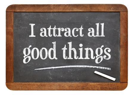 atraer: Atraigo cosas buenas - palabras de afirmaci�n positiva en una pizarra pizarra de la vendimia