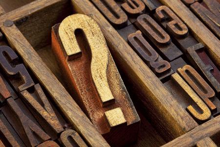 textura madera: signo de interrogaci�n - bloque de madera tipo de tipograf�a de �poca en el viejo caj�n de tip�grafo entre otras cartas manchados por tintas de color