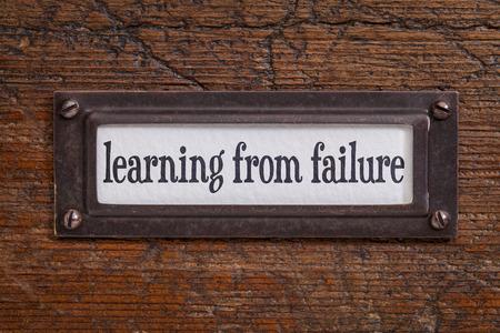 leren van falen - een label op een grunge houten dossierkast
