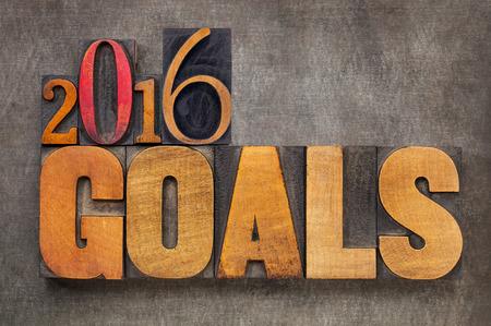 metas: 2016 metas - Nuevo concepto de resolución de Año - texto en bloques de tipo de madera de tipografía de época contra el fondo de metal grunge