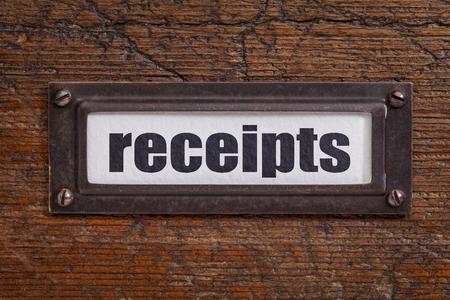 file cabinet: recibos - una etiqueta en un archivador de madera grunge - contabilidad o el concepto de contabilidad Foto de archivo