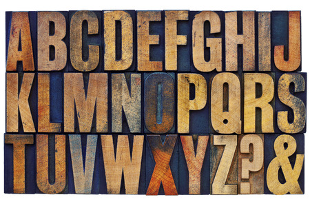 punto di domanda: 26 lettere dell'alfabeto inglese, punto interrogativo e commerciale - di tipo vintage tipografica in legno cliché colorati con inchiostri a colori