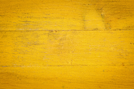 madera: primer plano de color amarillo grunge pintado, fondo de madera en bruto Foto de archivo