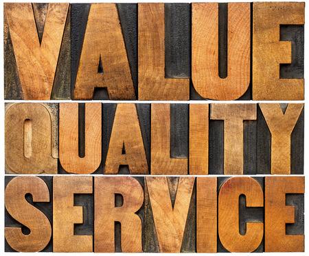 valor: valor, la calidad, el servicio - mantra negocio o lema concepto - palabras aisladas en época bloques de impresión Tipo de madera Foto de archivo
